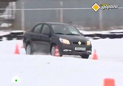 НТВ передача ГЛАВНАЯ ДОРОГА её ведущие Андрей Федорцов и Денис Юченков тестируют автомобиль RAVON Nexia R3
